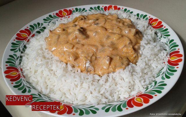 Tejfölös gombapaprikás rizzsel