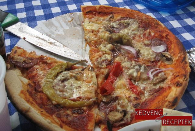 Szalámis pizza, magyaros pizza, szeletelt pizza | kedvenc-receptek.hu