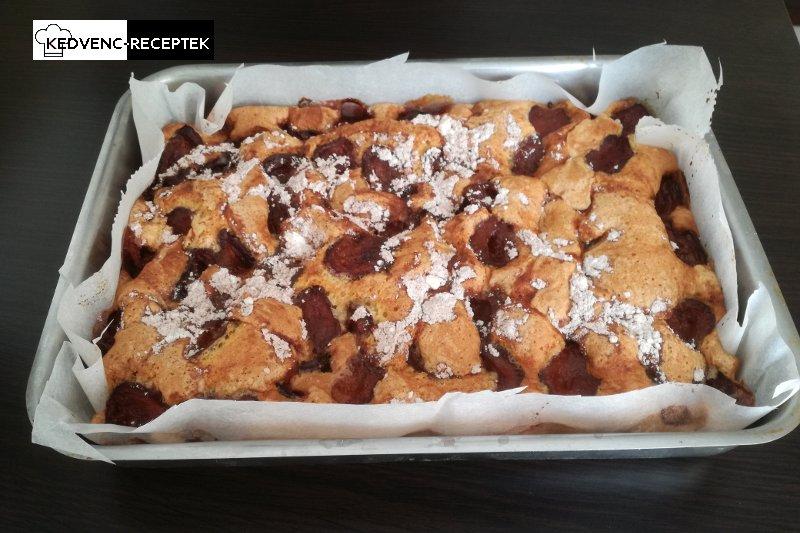 Fahéjas szilvás pite: így néz ki, amikor kivesszük a sütőből.