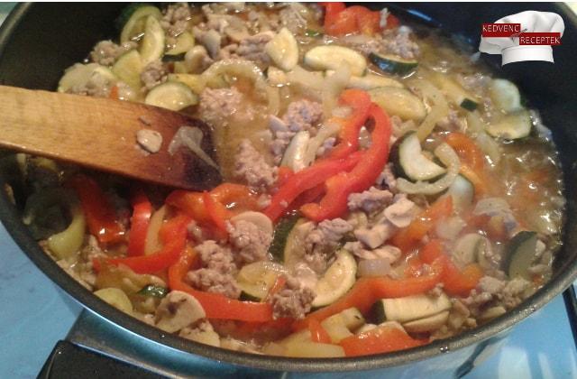 Zöldséges-húsos rakott tészta recept: A zöldségeket és a darált húst összepároljuk