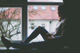 Gondolkodó lány