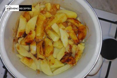 Paprikás krumpli recept virslivel: Így szeltük fel a krumplit.