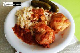 Csirkepörkölt: galuskával és csemegeuborkával tálaljuk
