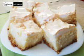 Habos túrós süti recept: Kockákra szelve tálalva