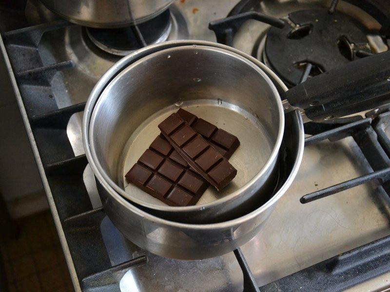 Csokoládé olvasztás gőz fölött: Nagyobb lábasban víz, és egy kisebb lábas a csokival