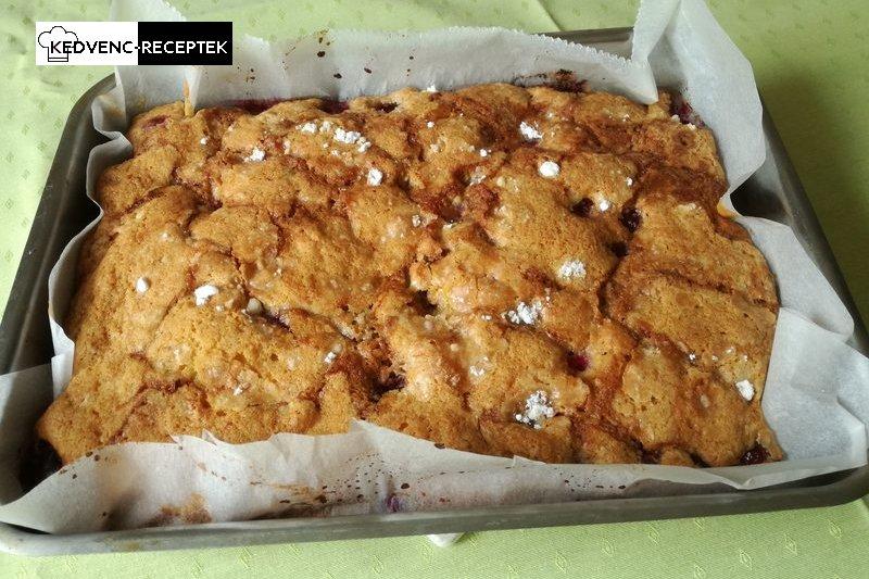 Egyszerű meggyes pite: Elkészült a finom süti, csak felszeleteljük és tányérra rakjuk