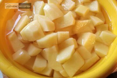 Tejfölös krumplifőzelék habarással: Próbáld egyenletesen feldarabolni a krumplit