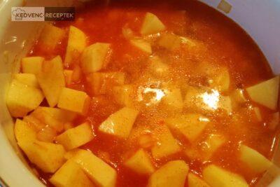 Tejfölös krumplifőzelék habarással: öntsd fel vízzel és főzd