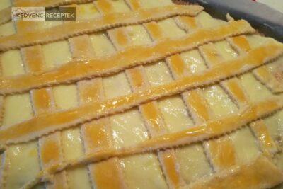 Rácsos, pudingos, almás pite: A tészta csíkokat helyezd fel, majd kend be a tojássárgájával.