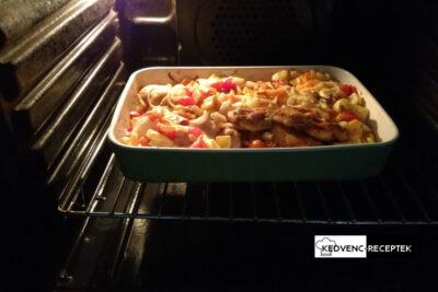 Fóliát levéve tedd vissza a sütőbe a lecsós csirkét!