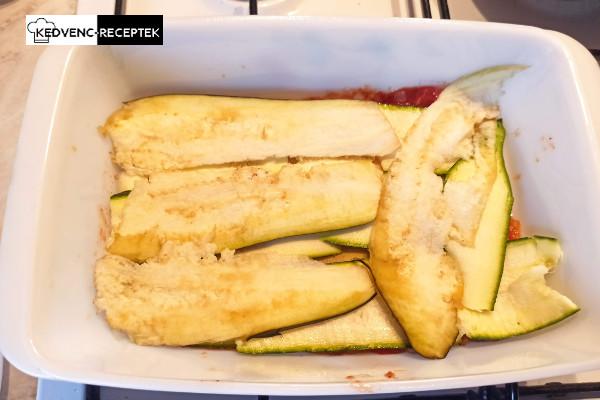 Egy teljes réteg szósszal, zöldségekkel, tésztával