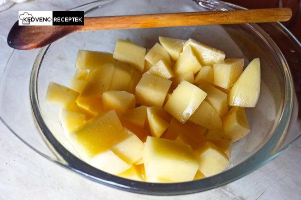 Sózva, mikróban főzésre készen a burgonya